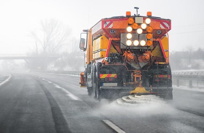 Iso kuorma-auto levittää liukkaudentorjuntaan tarvittavia kemikaaleja moottoritielle